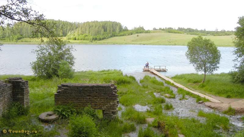 Руины мельницы у пристани на Словенских ключах.