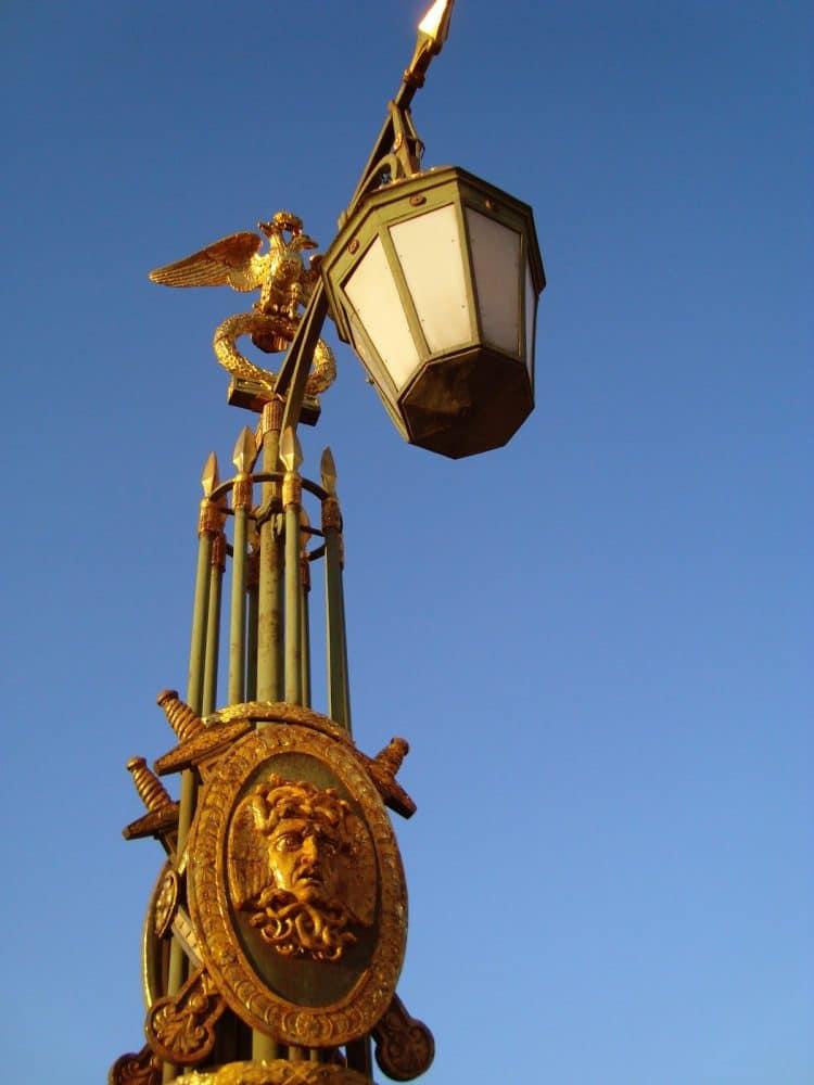 Фонарный столб одной из набережных Петербурга, выполненный в виде фашины.