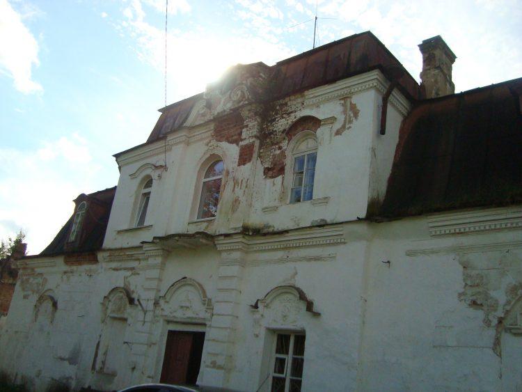 Жилой флигель 1840-х гг. постройки. Во времена СССР в нём располагалось управление конного завода.