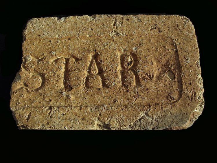 """Кирпич с клеймом """"STAR"""", который скорее всего родом из Дании."""
