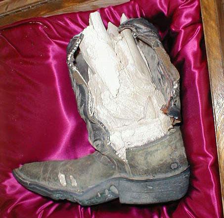 Ковбойский сапог с превратившимся в известь фрагментом человеческой ноги