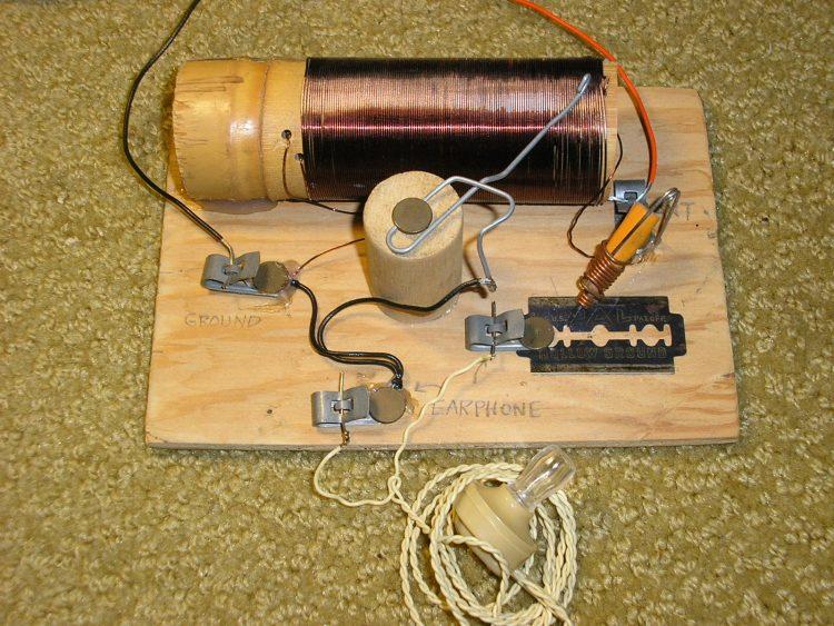 Радиоприёмник, собранный кустарно, с помощью подручных предметов