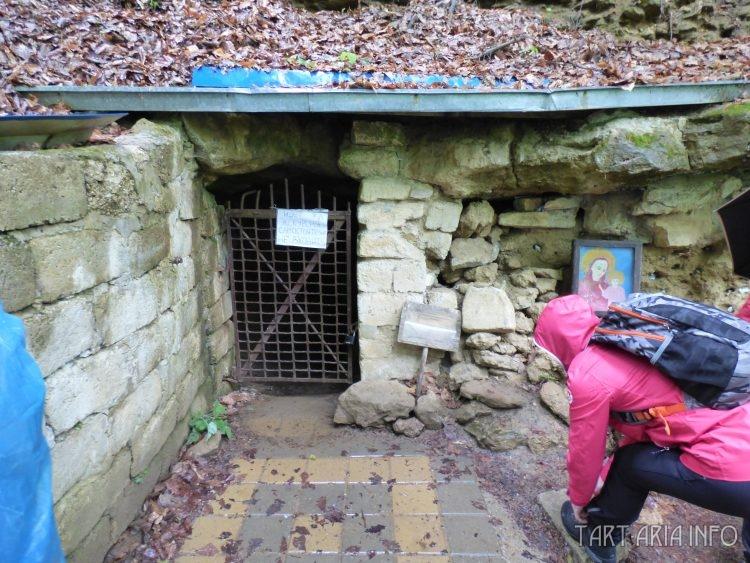 Вход в пещеры под Свято-Михайловским Афонским мужским монастырём