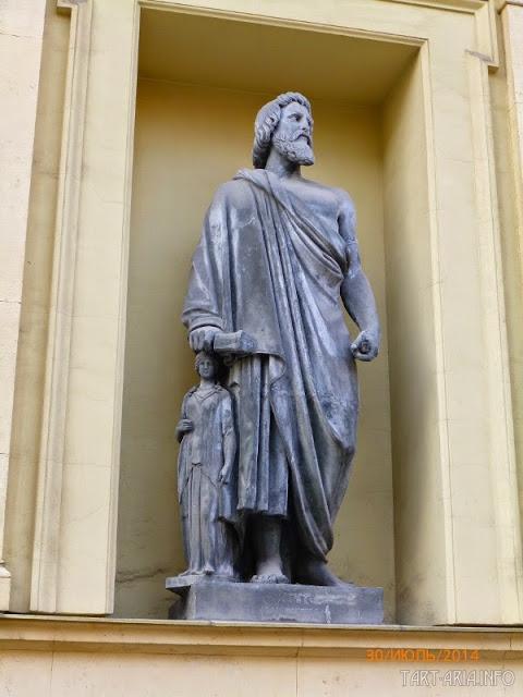 Скульптура на здании у арки Главного штаба в Санкт-Петербурге