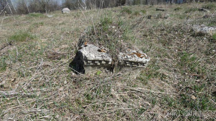 Расколотое надгробие