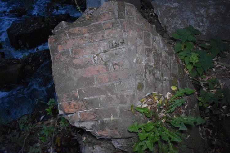 Кирпичные блоки в плотине