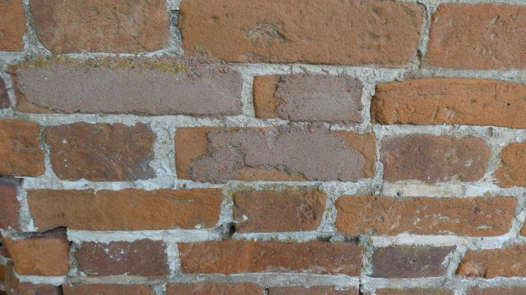 Реставрированные кирпичи в крепостной стене