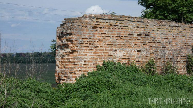 Обрыв стены, возле северного угла
