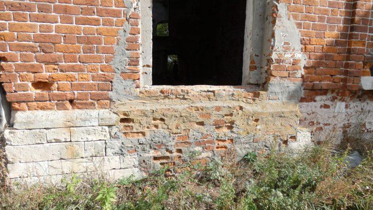 Заложенное снизу окно