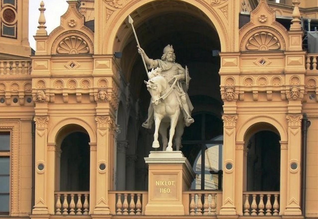 Памятник Никлоту на фасаде Шверинского замка, родовом дворце потомков князя, бывших правителями Мекленбурга вплоть до 1918 года