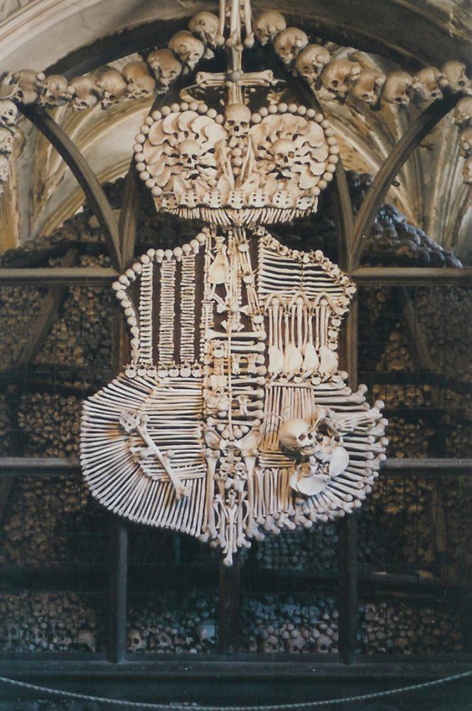 Фамильный герб Шварценбергов, сделанный из костей в интерьере костницы в Седлеце