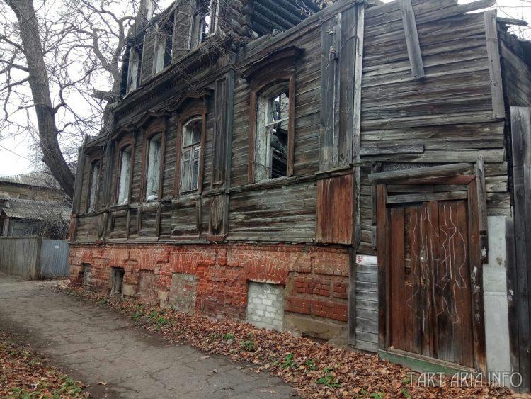 Деревянный верх дома на кирпичном основании