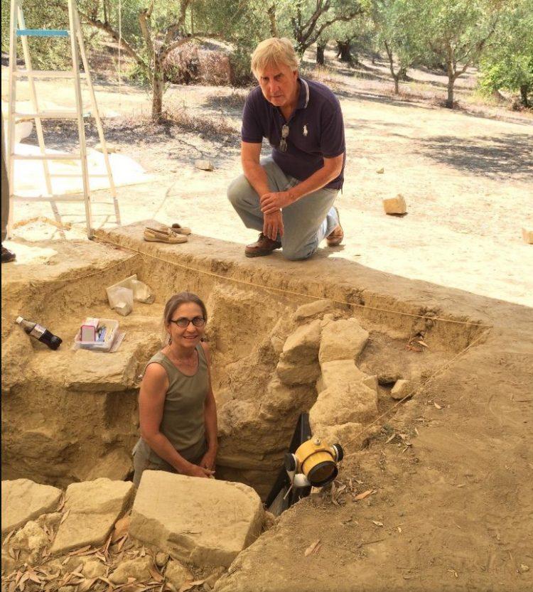 Джек Дэвис (Jack Davis) и Шарон Стокер (Sharon Stocker) на раскопках