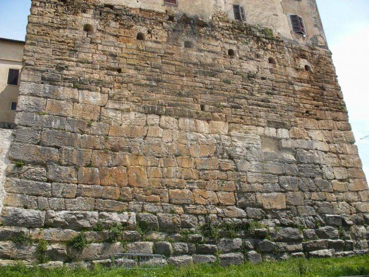 Probable pelasgic squared stones at Ferentino. Источник